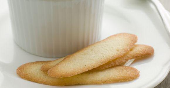 3 kattetongen koekjes op een schotelje naast een kopje koffie
