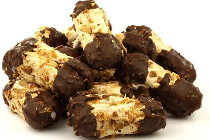 Bokkepootjes gevuld met marsepein, bedekt met amandelschilfertjes en langs beide kanten in chocolade gedompeld