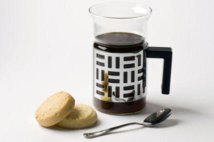 2 zandkoekjes naast een kopje koffie: lekker genieten