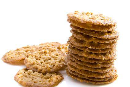 Een stapel kletskopjes met noten: kletskoppen zijn koekjes met zoveel suiker dat ze tijdens het bakken zeer breed uitvloeien tot zeer dunne koekjes.