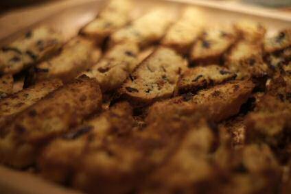 Lekkere koekjes voor bij de koffie kan je zelf bakken volgens dit makkelijk recept met bloem, suiker, eieren, amandelen, chocolade en sinaasappelschil