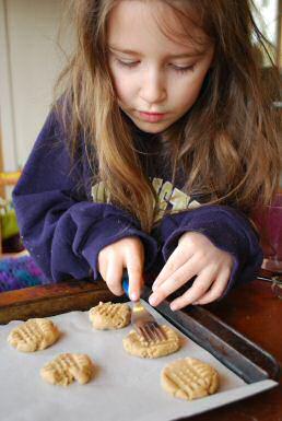 Dit meisje laat ziet dat ook kinderen makkelijk lekkere koekjes kunnen bakken