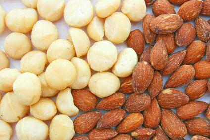 Links witte macadamia noten, rechts amandelen
