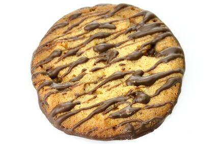 1 groot pindakoekjes met willekeurig chocolade over gespoten