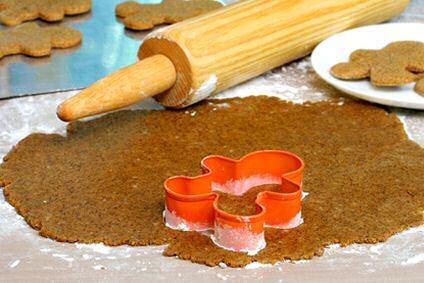 Speculaas maken: ingredienten mengen, koekjesdeeg uitrollen met deegrol, koekjes uitsteken en bakken