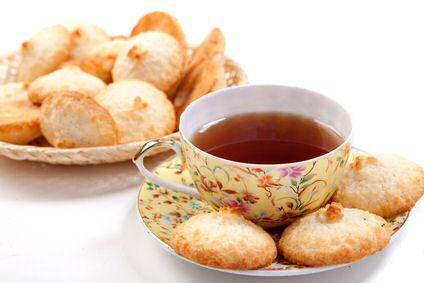 Een kopje thee met koekjes
