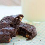 Glutenvrije chocoladekoekjes met noten en een glas sojamelk