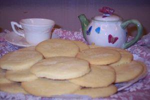 Gebak op tafel: zandkoekjes met thee