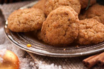Bruna Bröd of Zweedse koekjes op een schotel met daarnaast kaneelstokjes